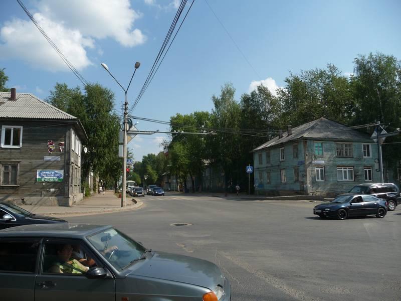 Перекресток Орджоникидзе и Октябрьского пр. Слева дом №66 по Орджоникидзе, справа №100 по Октябрьскому пр.2014 г.