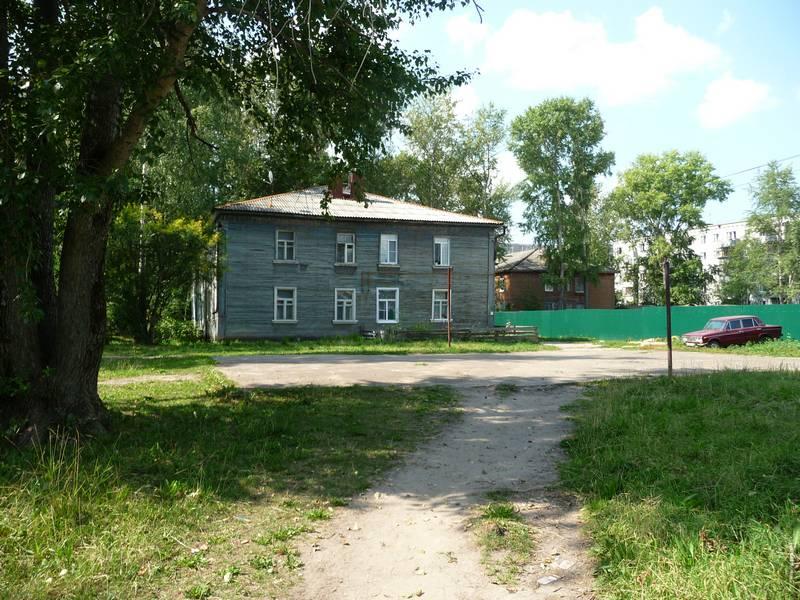 Вид на дом №56. На переднем плане место, где раньше была котельная. 2014 г.