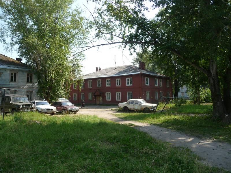 Вид на дом №52. Пространство на переднем плане в 60-е было застроено сараями. Дома разделял высокий забор. 2014 г.