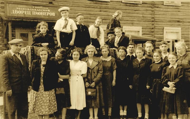 У Дворца пионеров. 1953 г.