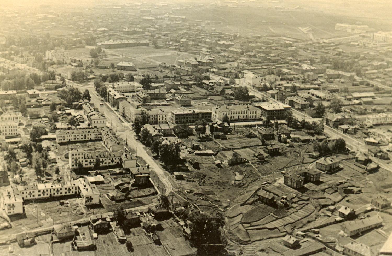 Вид города. Справа - улица Ленина, слева – улица Советская. Фотосъемка с самолета. 1946 г.