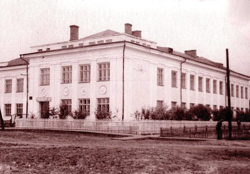 Школа №12. 1950-е. На фасаде под крышей еще нет имени Олега Кошевого