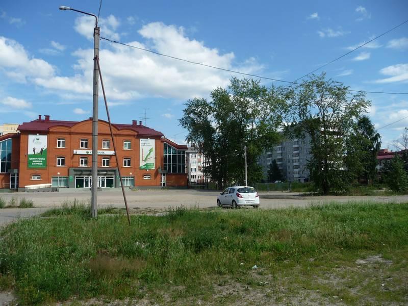 Пусто на месте справа от Сбербанка, где был №13.2013 г.