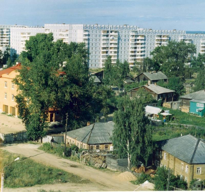 Видны дома № 13 и № 15. Слева здание отделения Сбербанка.Фото с сайта komimort.gallery.ru