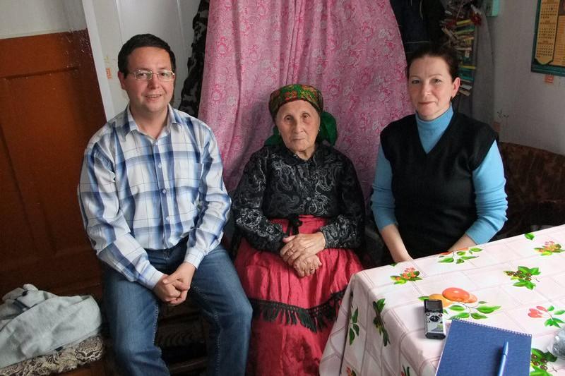 А.Н.Рассыхаев и О.М. Коцюбанская с информантом Александрой Ивановной Рочевой