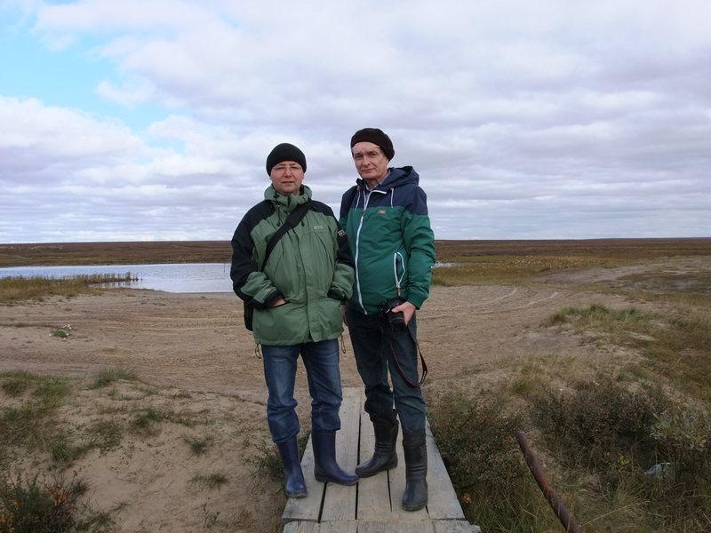 А.Н. Рассыхаев и В.Э. Шарапов перед святой озером в поселке Каратайке