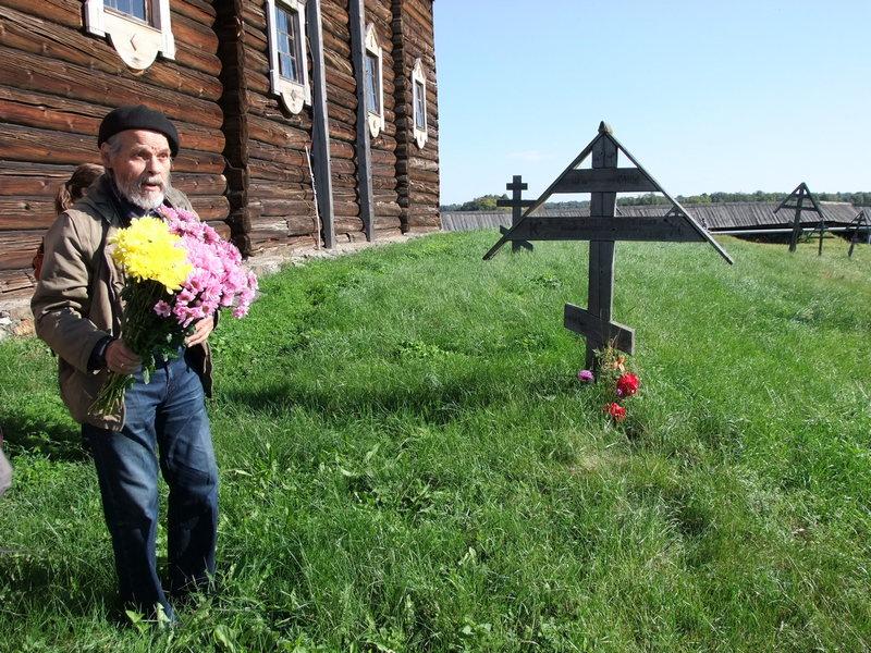 В.А. Лапин перед могилой сказителя русских былин Т.Г. Рябинина на Кижском погосте