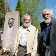 Захар и Михаил Жаковы около могилы прадеда