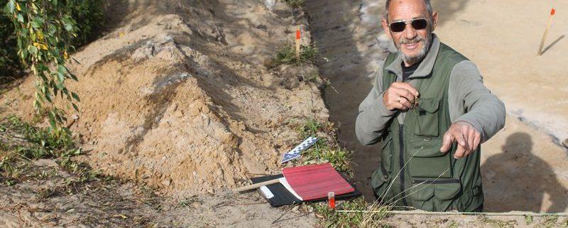 На снимке Мурыгин А.М. (в.н.с. отдела археологии ИЯЛИ)