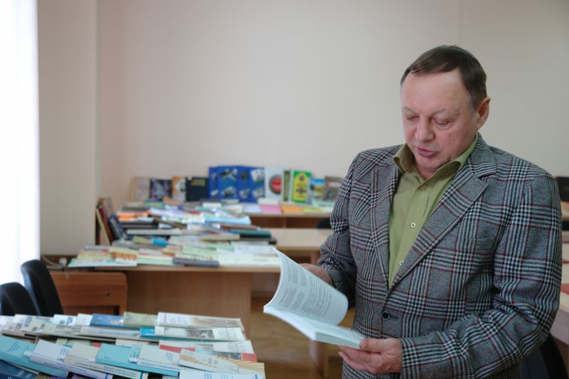 Ко Дню российской науки в ИЯЛИ открылась выставка, посвященная 35-летию деятельности Е.А. Цыпанова